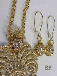 Кружевной медальон с золотистыми стразами